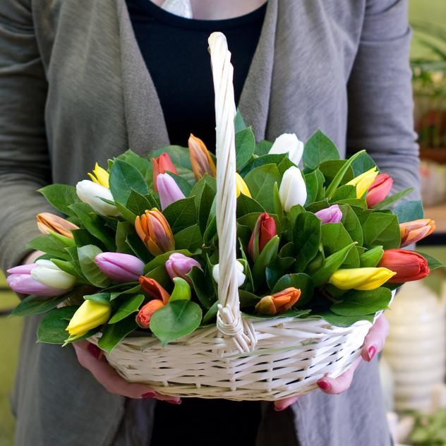 """Корзинка из разноцветных тюльпанов """"Весенний калейдоскоп"""""""