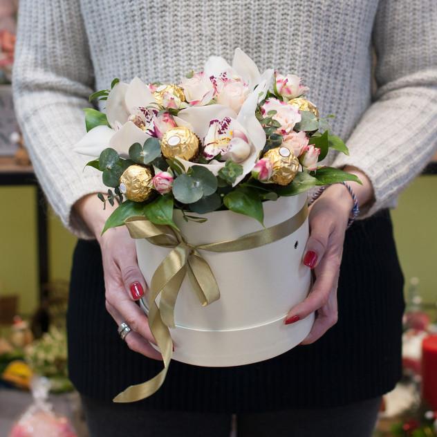 "Коробка с цветами и конфетами ""Джени"""