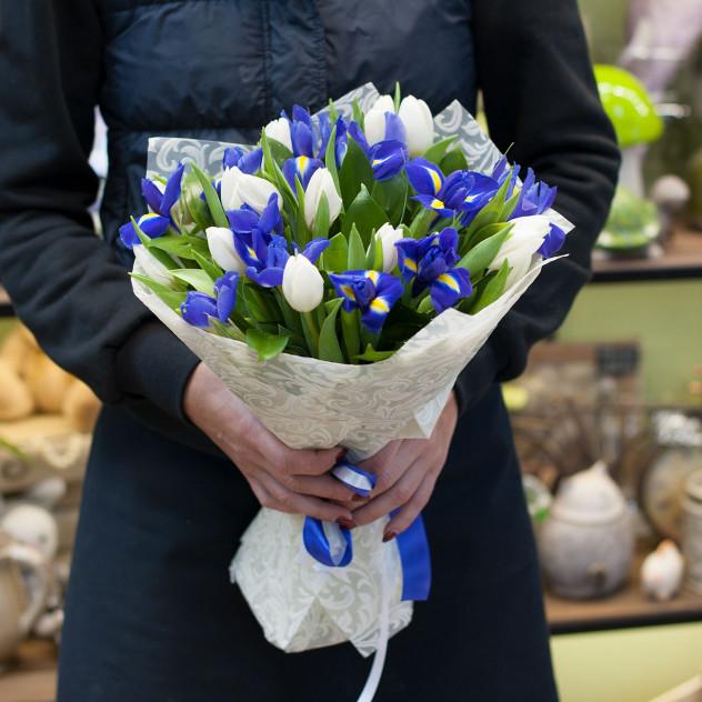 Букет из белых тюльпанов и синих ирисов Черника со сливками