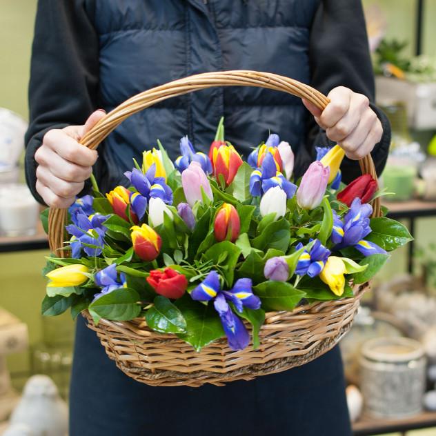 """Корзина с тюльпанами и ирисами """"За пол часа до весны"""""""