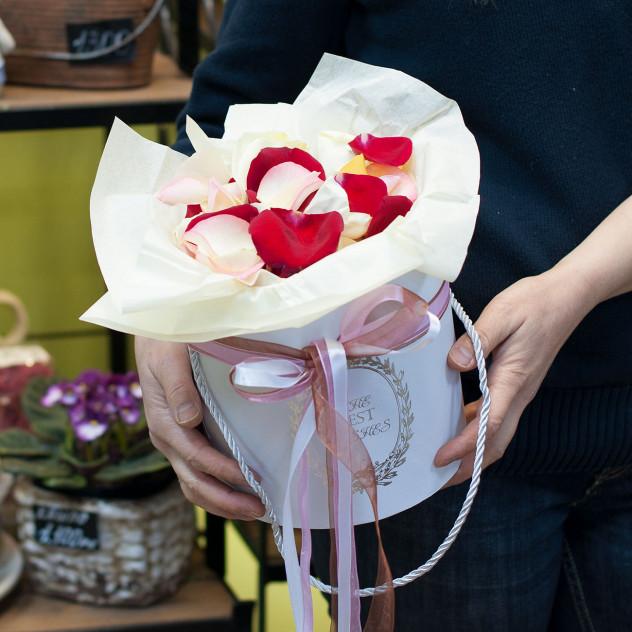 Лепестки роз в шляпной коробке