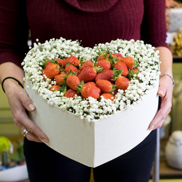 """Композиция в коробке с цветами и ягодами """"Клубничное сияние"""""""
