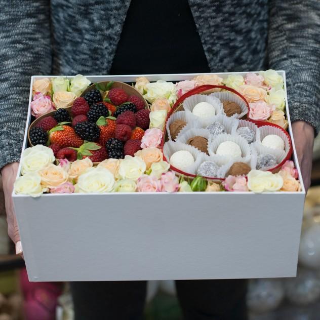 """Коробка с цветами, ягодами и конфетами """"Формула любви"""""""