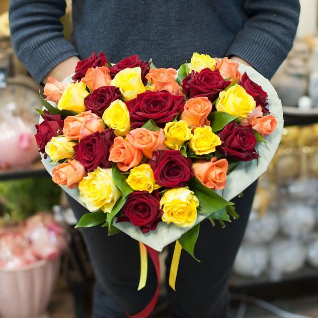 """Букет из разноцветных роз """"Сердце"""""""