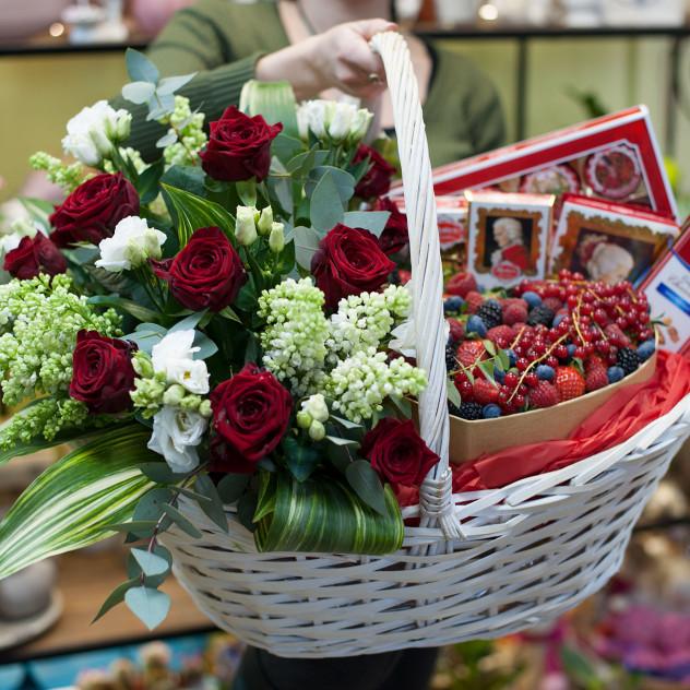 """Корзина с цветами ягодами и конфетами """"Mozart prestige"""""""