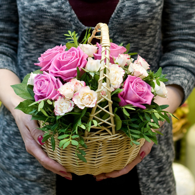 """Корзинка с розами """"Небольшой комплимент"""""""
