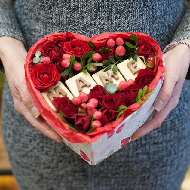 """Коробка с цветами  и шоколадными буквами """"МАМЕ"""""""